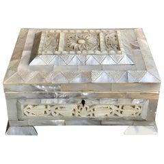 Englischer geschnitzter Perlmutt-Tisch mit Schlüssel