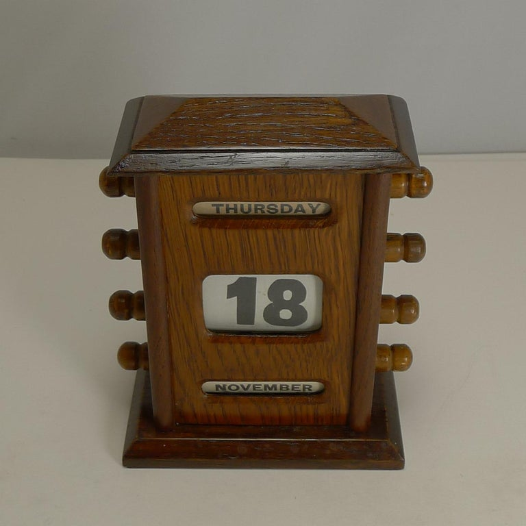 A lovely little desk-top calendar made from solid English oak.  There are knobs either side to move forward and return the rollers to enable the day date and month to be changed.  Edwardian in era dating to circa 1900-1910. Excellent working