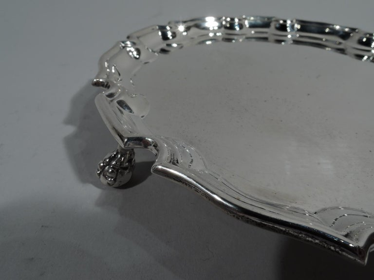 Antique English Georgian Sterling Silver Piecrust Salver Tray In Excellent Condition For Sale In New York, NY