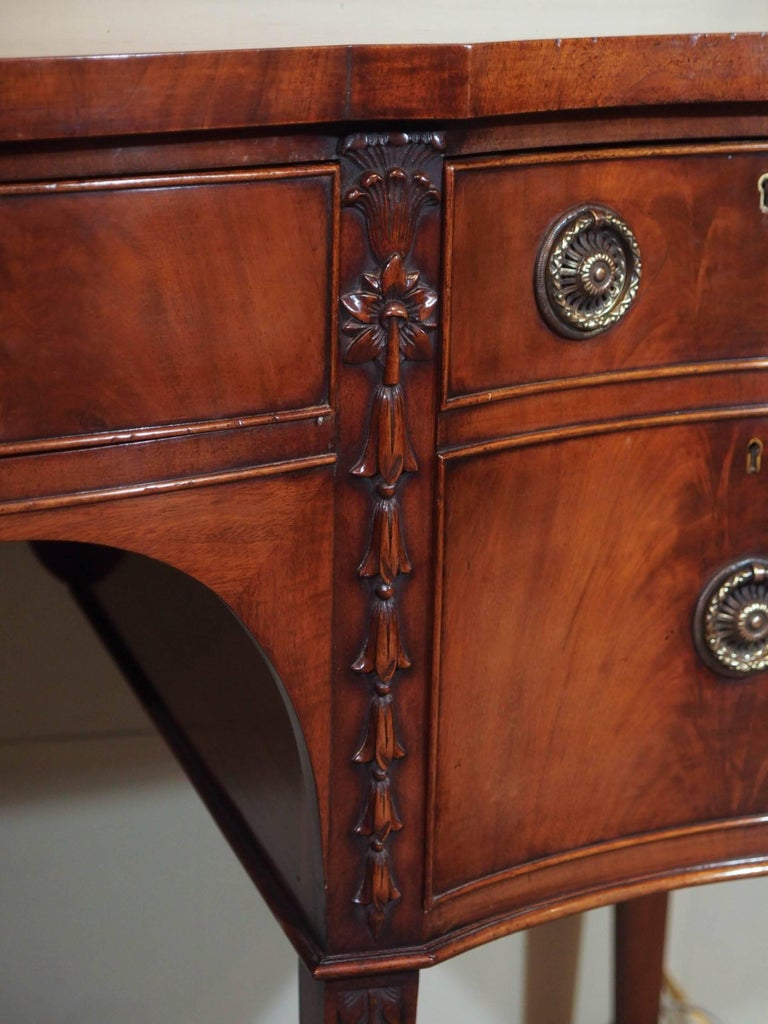 Antique English Mahogany Serpentine Sideboard In Excellent Condition For Sale In New Orleans, LA