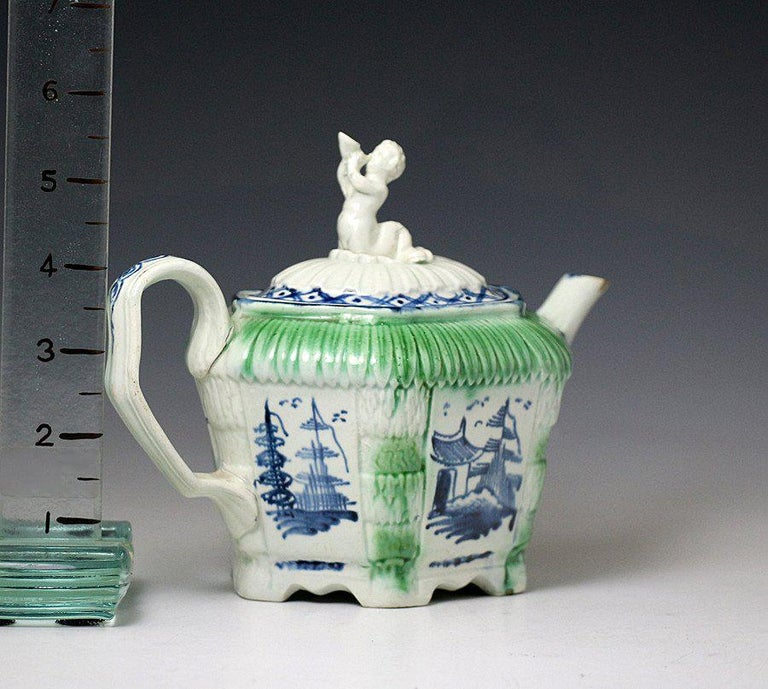 Antique English Pottery Pearlware Teapot, Late 18th Century In Good Condition For Sale In Woodstock, OXFORDSHIRE
