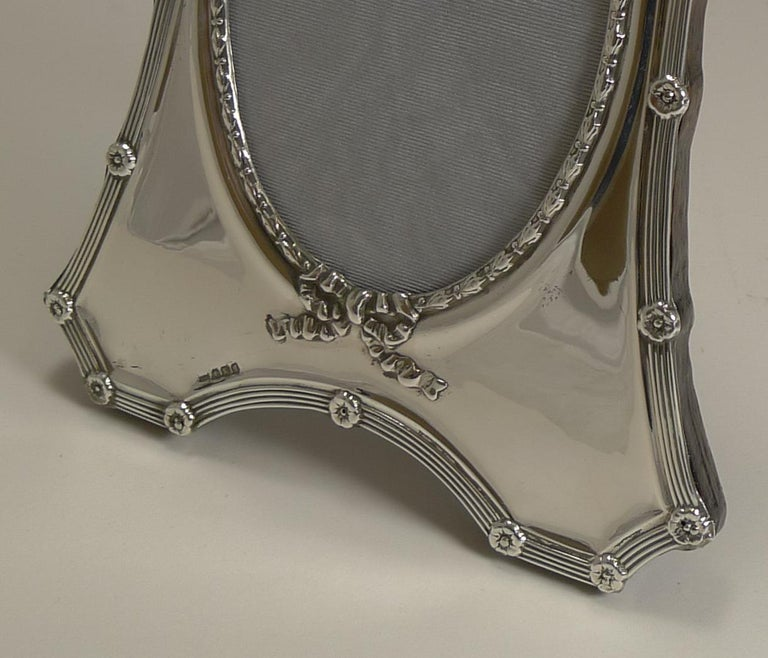 Antique English Sterling Silver Photograph Frame by Mappin and Webb, 1908 In Good Condition For Sale In London, GB