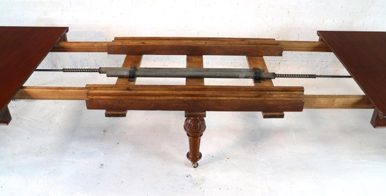 Antique English Victorian Mahogany Extending Dining Table and 4 Leaves, Seats 16 For Sale 5