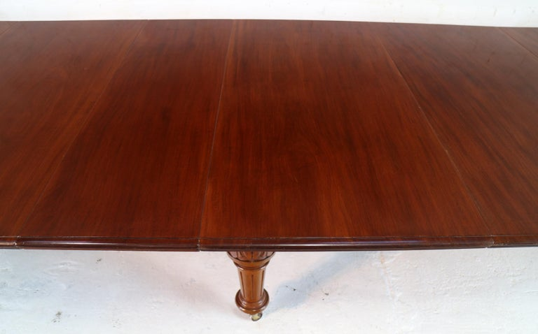 Antique English Victorian Mahogany Extending Dining Table and 4 Leaves, Seats 16 For Sale 7