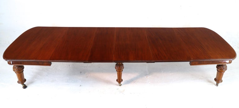 19th Century Antique English Victorian Mahogany Extending Dining Table and 4 Leaves, Seats 16 For Sale