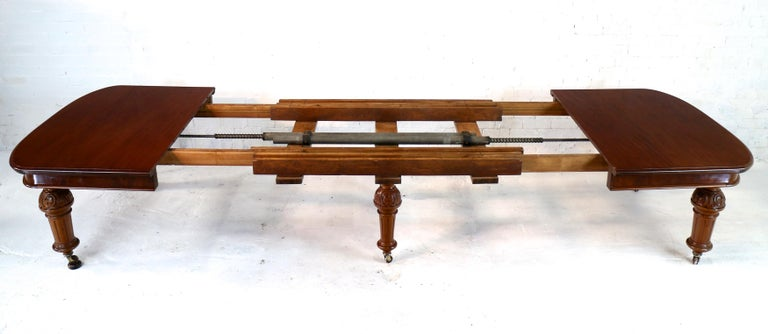 Antique English Victorian Mahogany Extending Dining Table and 4 Leaves, Seats 16 For Sale 4
