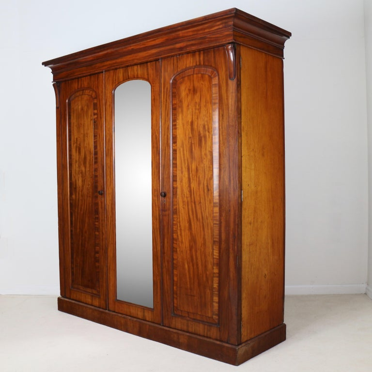 Antique English William IV Mahogany Three-Door Fitted Wardrobe, circa 1830 In Good Condition For Sale In Glasgow, GB