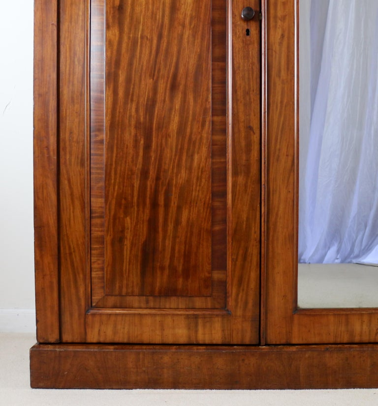 Antique English William IV Mahogany Three-Door Fitted Wardrobe, circa 1830 For Sale 1