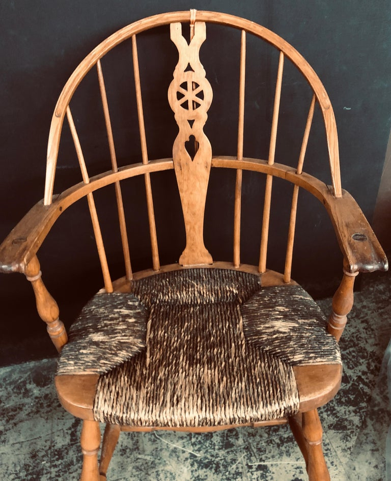 Antique English Windsor Bow-Brace Back Dining Chairs with Decorative Splat For Sale 4