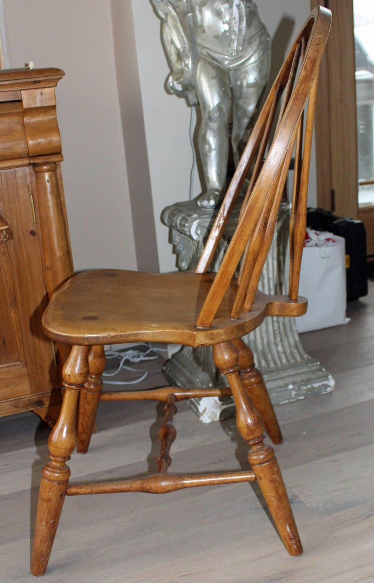 Antique English Windsor Bow-Brace Back Dining Chairs with Decorative Splat In Excellent Condition For Sale In Long Island City, NY