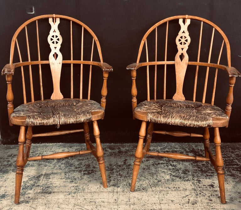 Antique English Windsor Bow-Brace Back Dining Chairs with Decorative Splat For Sale 3