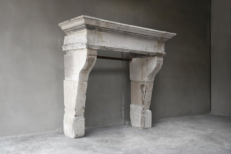 Antique fireplace with appearance! This old mantelpiece dates from the 19th century and is in the style of Louis XIII. What makes this fireplace so special is the neutral color and the authentic appearance and the imperfections. The size of the