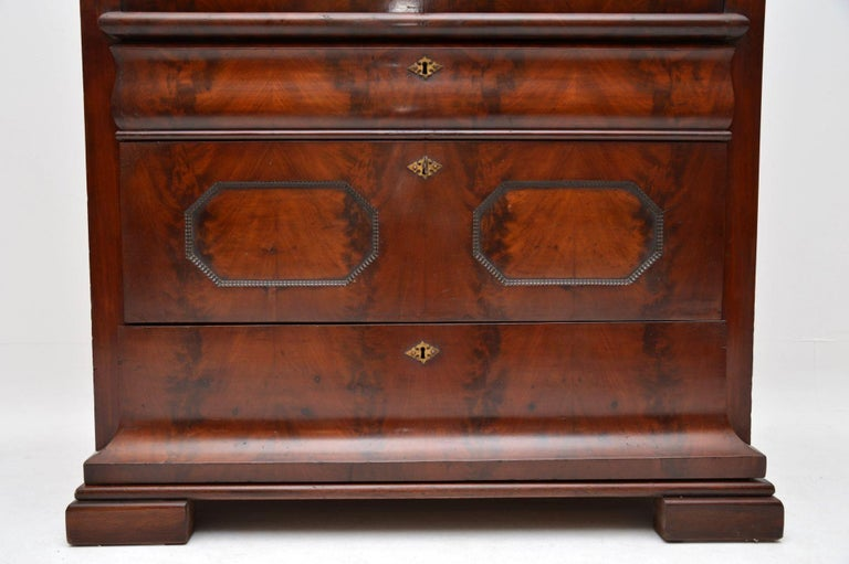 Antique Flame Mahogany Cylinder Top Bureau In Good Condition For Sale In London, GB