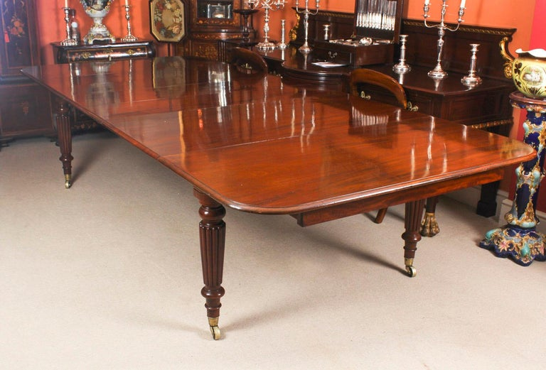 Antique Flame Mahogany Extending Dining Table 19th Century and 10 Chairs In Good Condition For Sale In London, GB