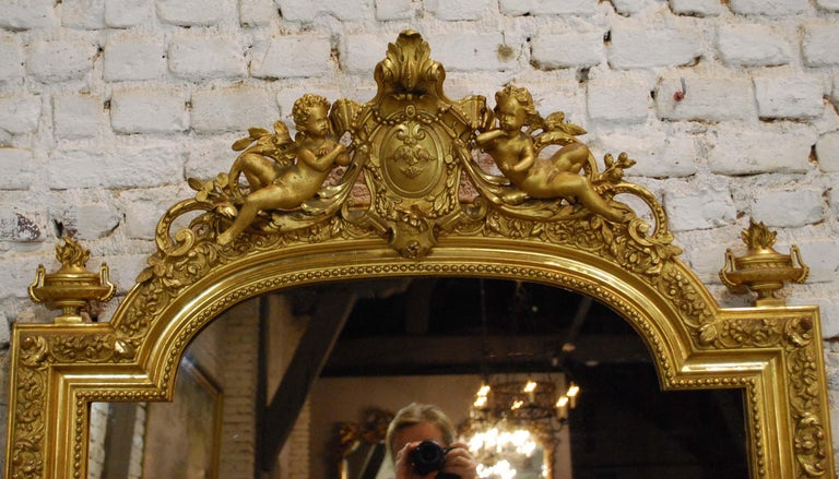 Antique French Baroque Giltwood Mirror with Putti or Cherubs in Crest In Good Condition For Sale In Casteren, NL