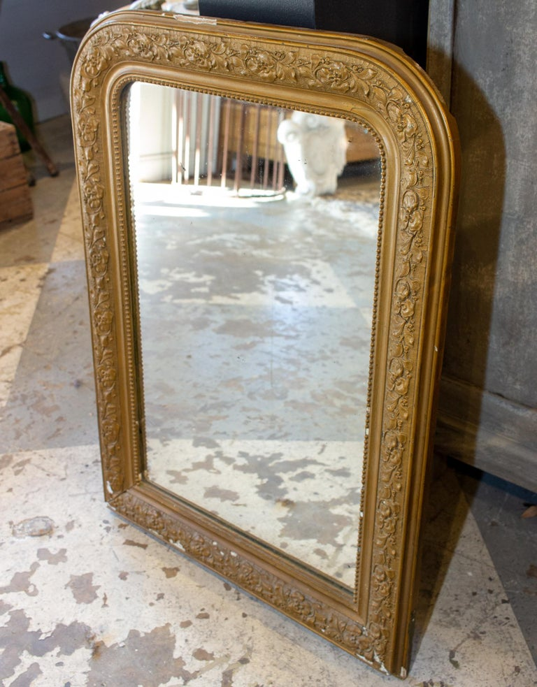 Antique French Distressed Gold Louis Philippe Mirror with Floral Details In Good Condition For Sale In Houston, TX