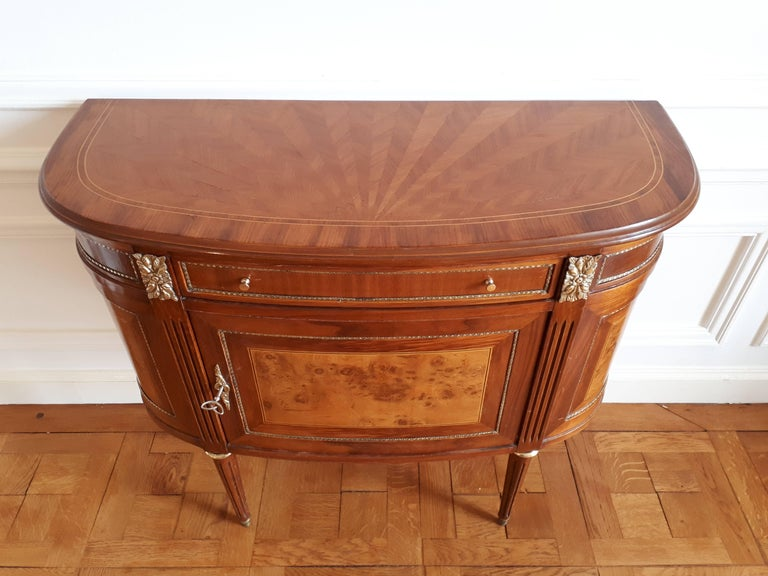 Antique chest of drawers Louis XVI style, with marquetry.