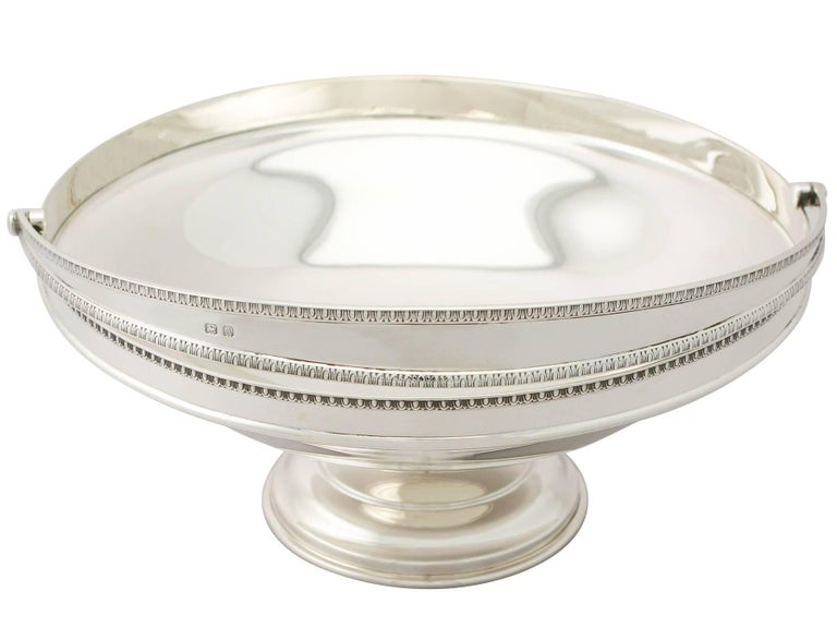 Antique George V English Sterling Silver Cake / Fruit Basket In Excellent Condition For Sale In Jesmond, Newcastle Upon Tyne