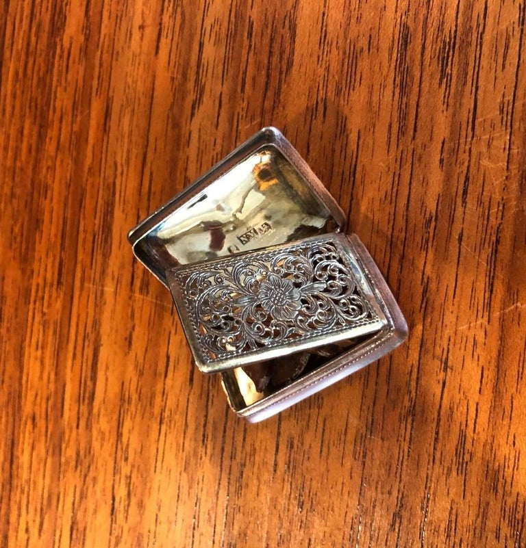 A very rare antique sterling silver viniagrette by silversmith Nathaniel Mills in Birmingham, England, circa 1820s.   This exceptional antique Georgian silver vinaigrette has a rectangular form with rounded corners; the lid, on a smooth barrel
