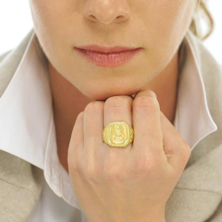 Women's or Men's Antique Gold Signet Ring For Sale