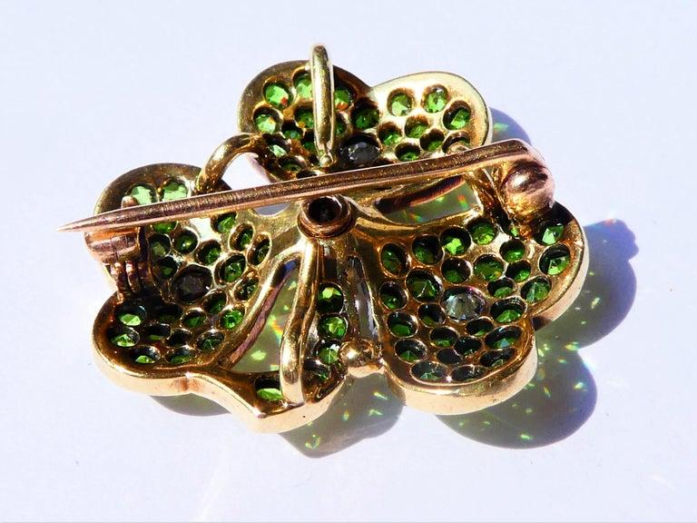 Antique Green Demantoid Garnets and Diamonds 14 Karat Gold Cloverleaf Brooch In Excellent Condition For Sale In Munich, DE