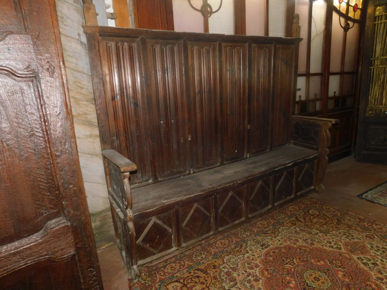Refectory bench, very old, hand-built in the 16th century by an Italian artist, well preserved for the time, it was paved on the ground.