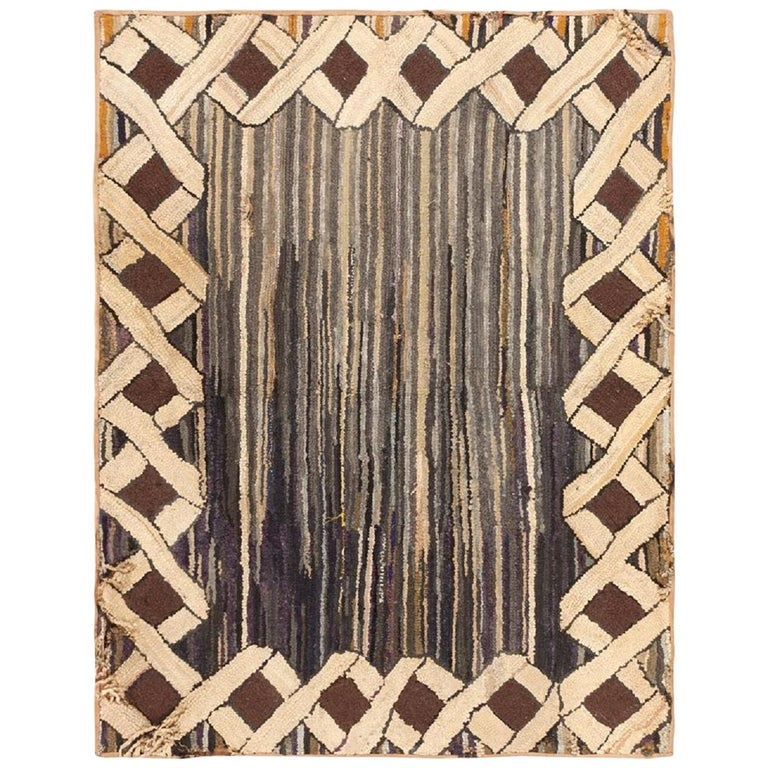Antique Hooked American Rug. Size: 2 ft 10 in x 3 ft 9 in (0.86 m x 1.14 m) For Sale