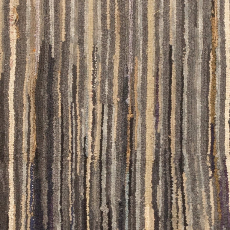 Antique Hooked American Rug. Size: 2 ft 10 in x 3 ft 9 in (0.86 m x 1.14 m) In Excellent Condition For Sale In New York, NY
