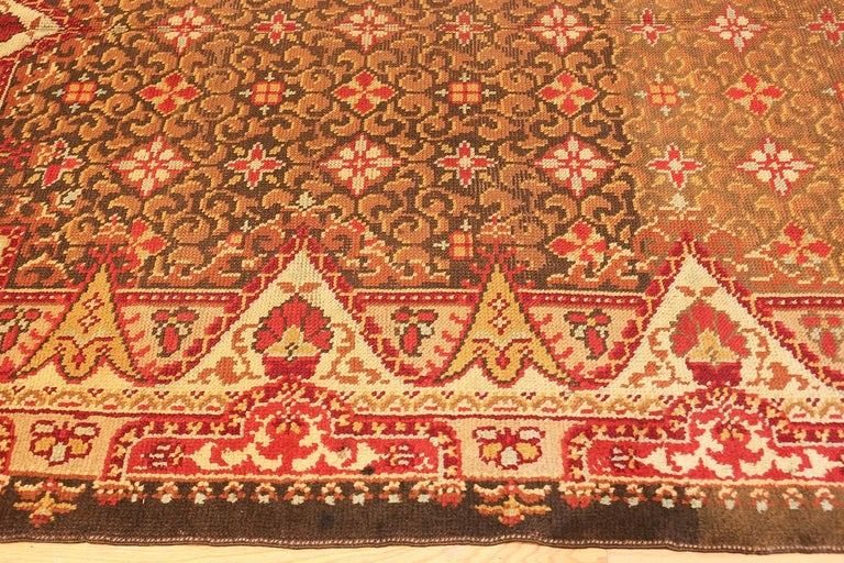 Victorian Antique Irish Rug. Size: 6 ft 9 in x 8 ft 6 in (2.06 m x 2.59 m) For Sale