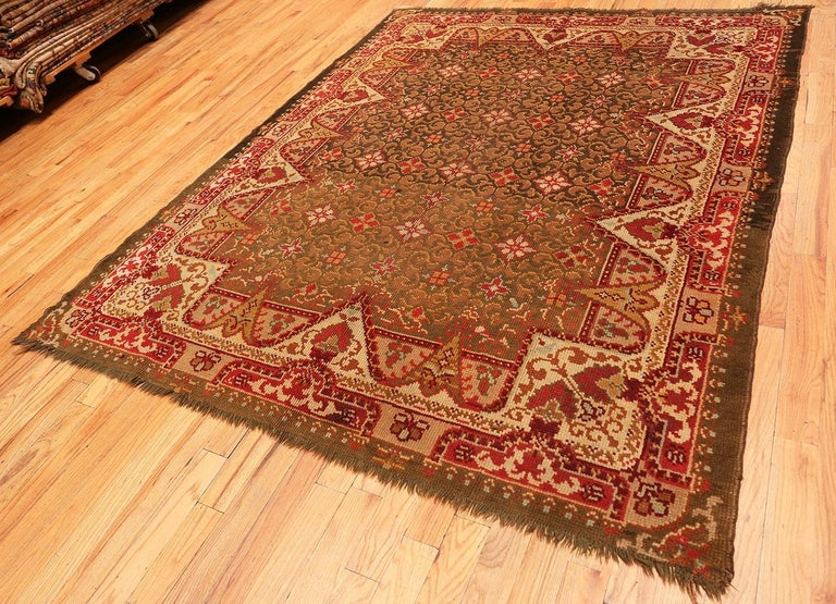 Hand-Knotted Antique Irish Rug. Size: 6 ft 9 in x 8 ft 6 in (2.06 m x 2.59 m) For Sale