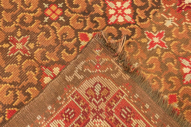 20th Century Antique Irish Rug. Size: 6 ft 9 in x 8 ft 6 in (2.06 m x 2.59 m) For Sale