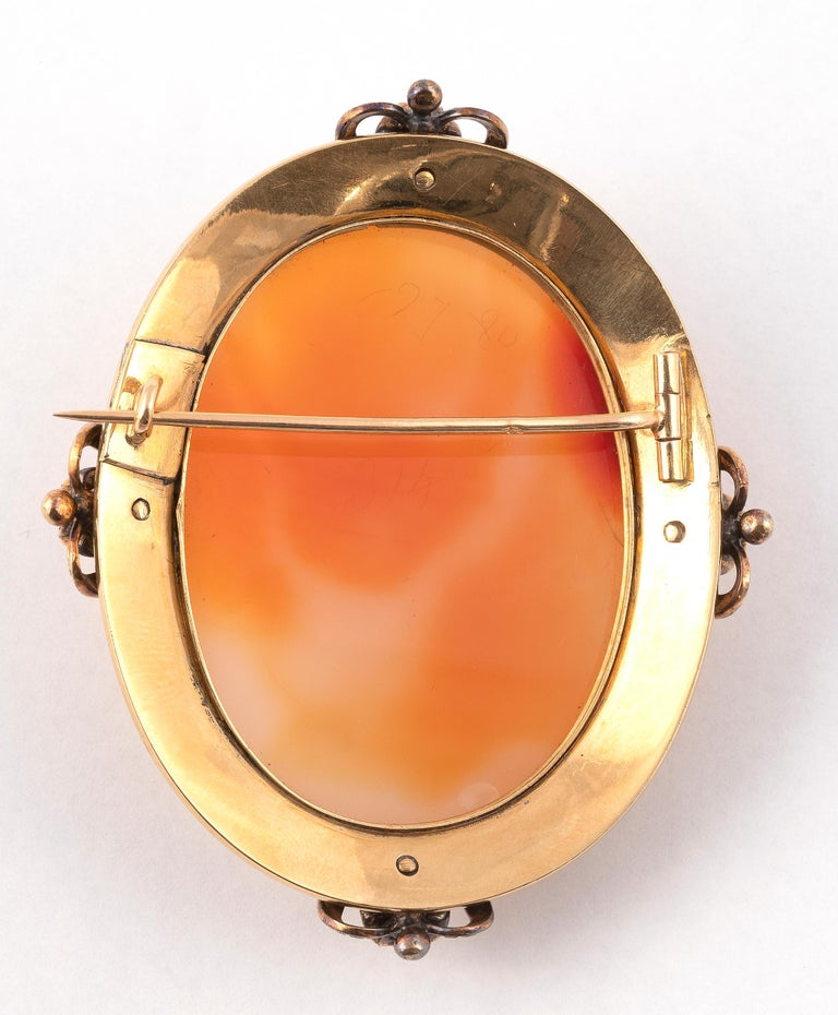 Important yellow gold and silver brooch, adorned with an signed agate cameo  in a black enamelled entourage and set with rose-cut diamonds, four of which are larger.  Weight: 56.3g.  In original case.  Size : 70mm x 55m