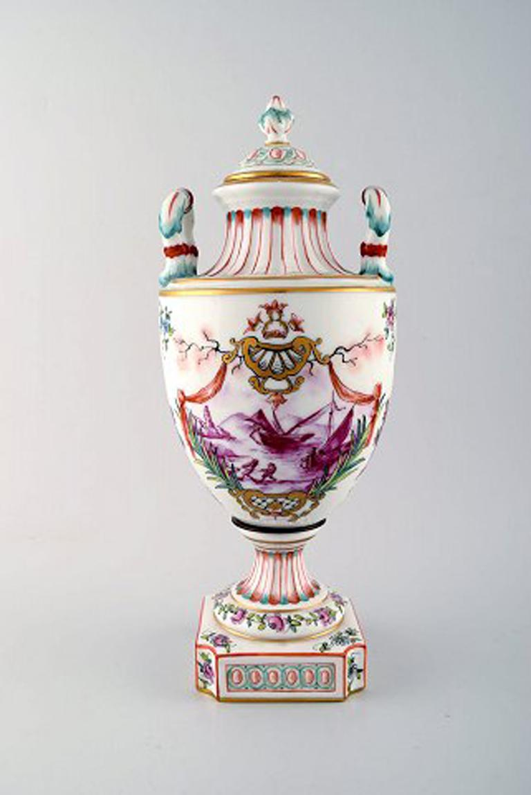 Antique lidded vase of porcelain in overglaze. Classic style. Late 1800s. In very good condition. Measures: 32.5 x 14 cm.