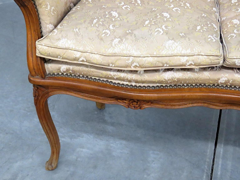 Antique Carved Walnut Louis XV Style Settee Sofa Canape In Good Condition For Sale In Swedesboro, NJ