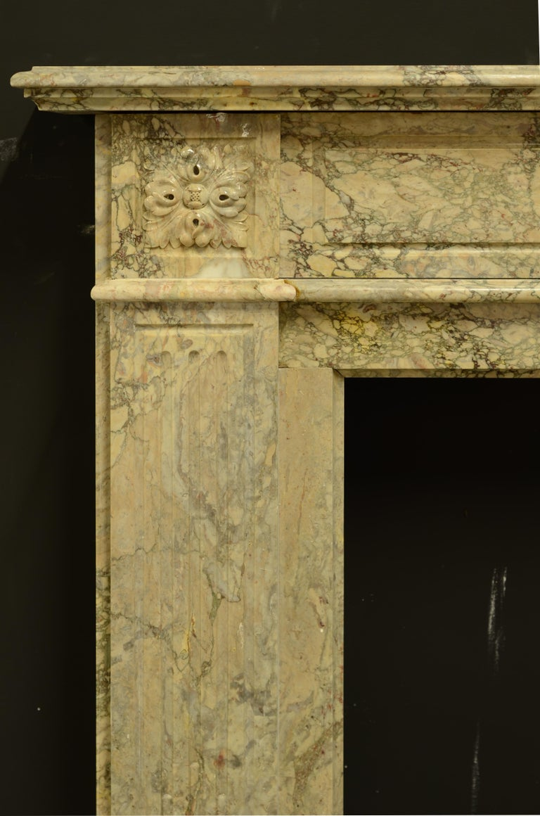 Antique Louis XVI Fireplace Mantel in Beautiful Escalette Marble In Good Condition For Sale In Haarlem, Noord-Holland