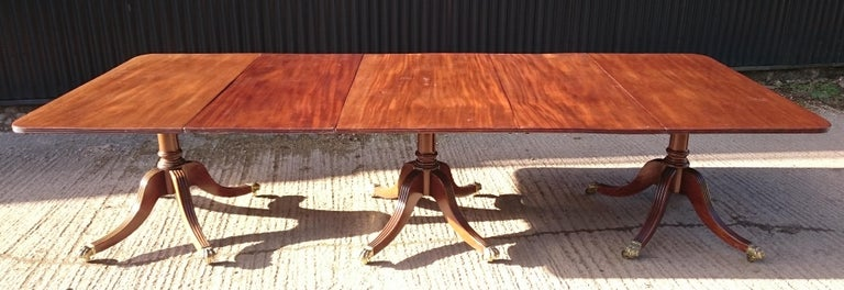 Antique Mahogany Three-Pedestal Dining Table In Good Condition For Sale In Gloucestershire, GB