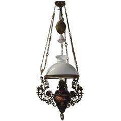 Antikes Majolika Gefäß und Opal Schirm Öllampe/Verstellbarer Figuraler Kronleuchter