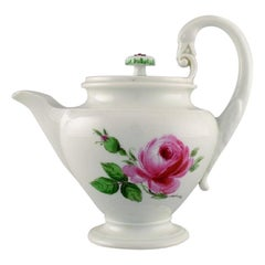 Antique Meissen teapot in hand-painted porcelain with pink roses. Early 20th C.