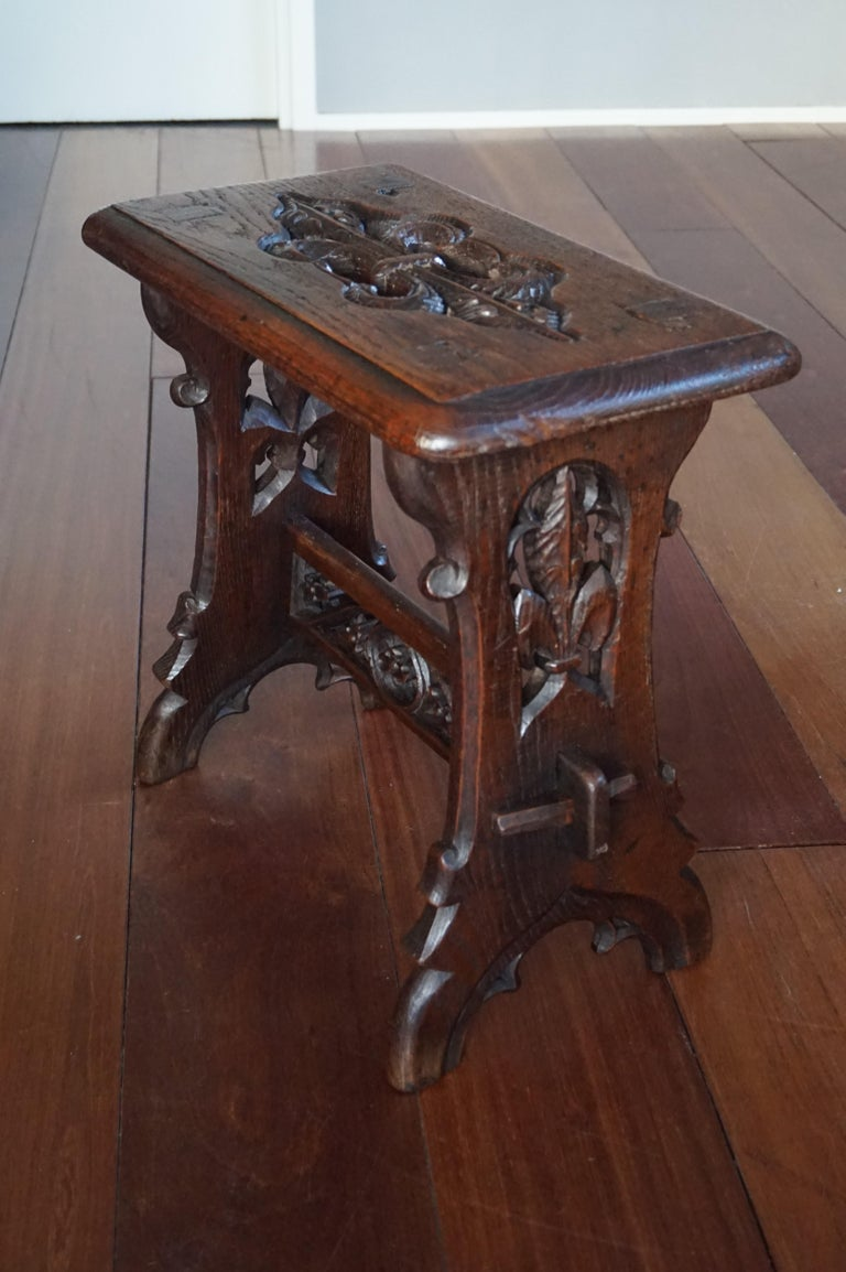 Antique Mid-19th Century Gothic Revival Stool with Hand Carved Lily Symbols In Good Condition For Sale In Lisse, NL