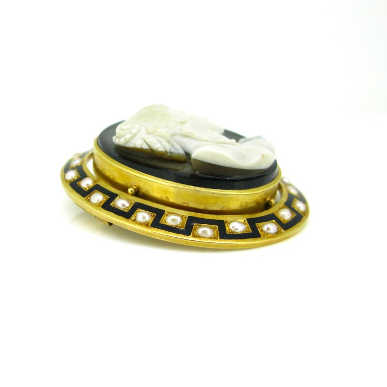 Women's or Men's Antique Napoleon III Agate Pearl and Enamel Yellow Gold Cameo Brooch For Sale