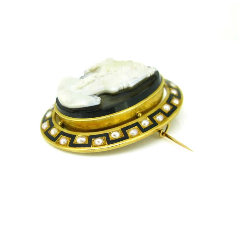 Antique Napoleon III Agate Pearl and Enamel Yellow Gold Cameo Brooch For Sale 1
