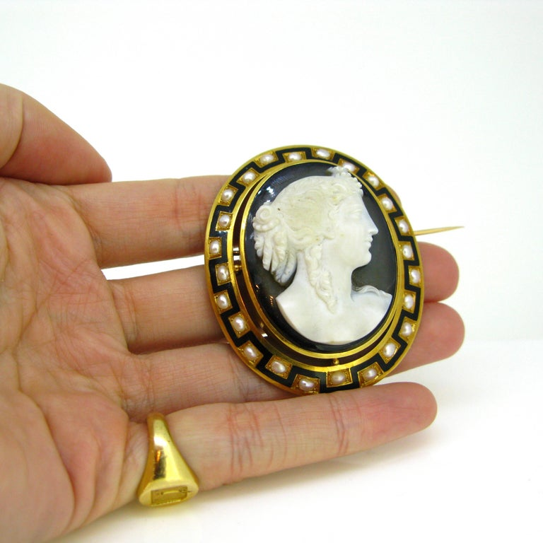 Antique Napoleon III Agate Pearl and Enamel Yellow Gold Cameo Brooch For Sale 2