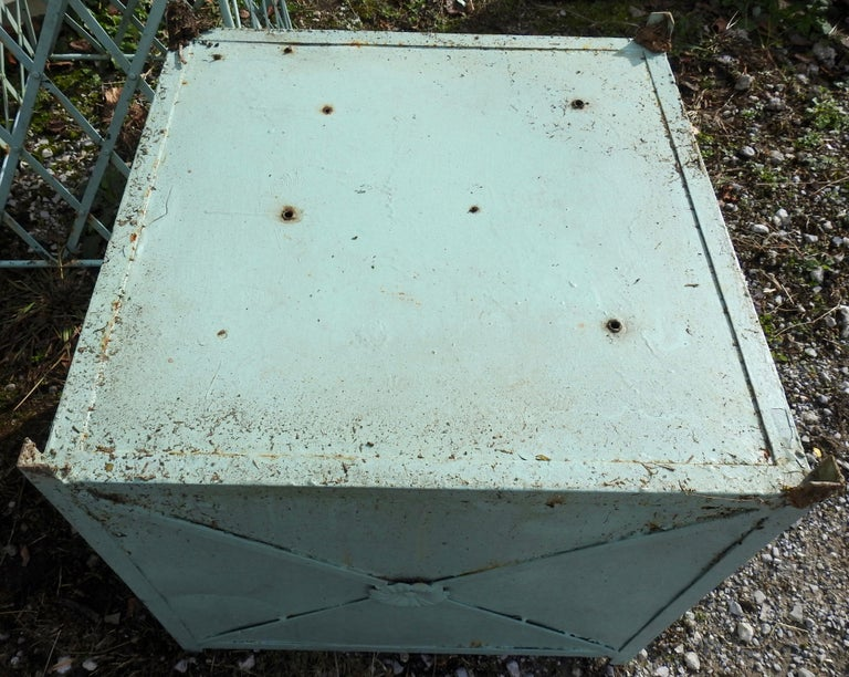 Antique Obelisk Planters with Turquoise Paint In Distressed Condition For Sale In Cookeville, TN