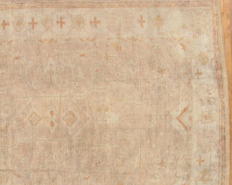 Antique Oushak Carpet, Oriental Rug, Handmade Turkish, Ivory and Soft Coral In Good Condition For Sale In New York, NY