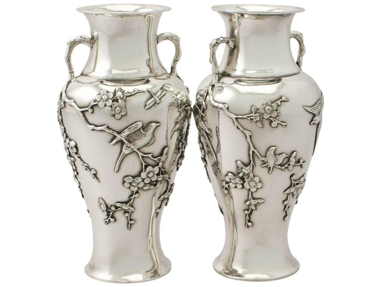 Antique Pair of Chinese Export Silver Vases In Excellent Condition For Sale In Jesmond, Newcastle Upon Tyne
