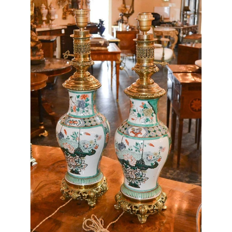 Antique Pair of Chinese Rose Medallion Porcelain Lamps In Good Condition For Sale In Dallas, TX