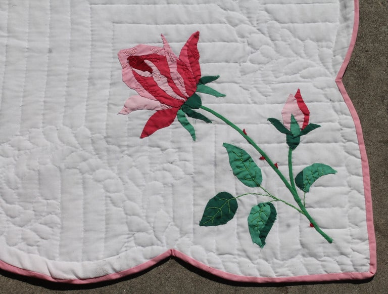 Antique Quilt, Midcentury Rose Applique Quilt In Excellent Condition For Sale In Los Angeles, CA