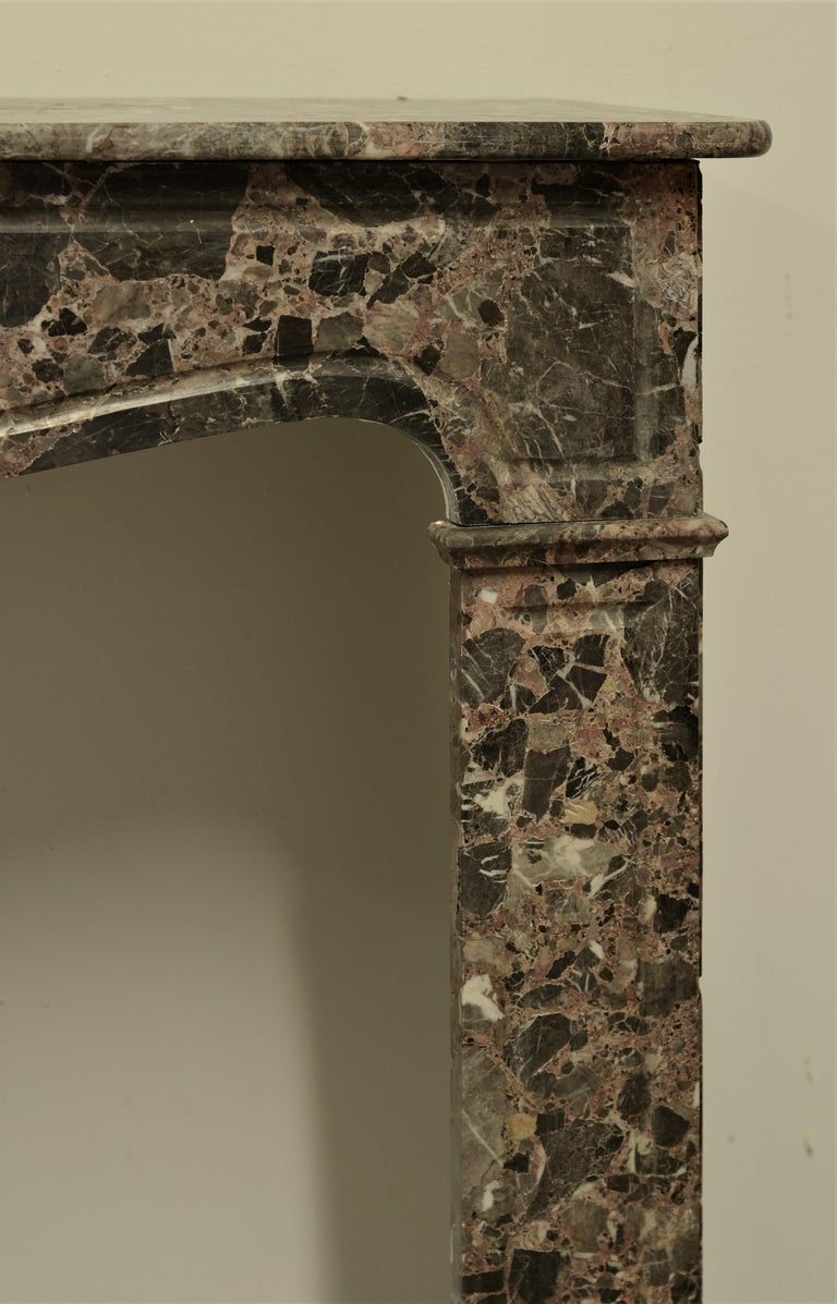 Antique Romarin Marble Fireplace Mantel In Good Condition For Sale In Haarlem, Noord-Holland