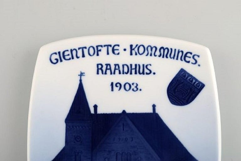 Antique Royal Copenhagen anniversary / commemorative plate in porcelain. Gentofte Town Hall. Dated 1903. Measures: 21 x 15 cm. Stamped. In excellent condition.
