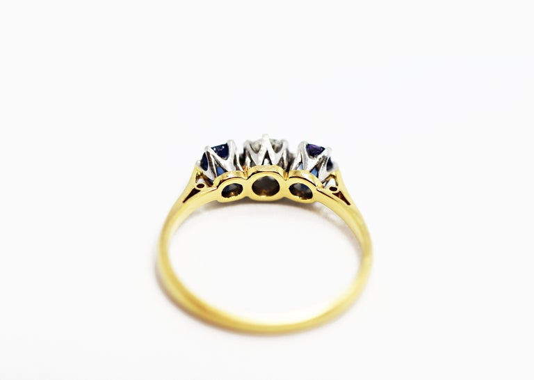 Antique Sapphire and Old Cut Diamond 3-Stone 18ct Gold and Platinum Ring, c.1920 In Good Condition For Sale In London, GB